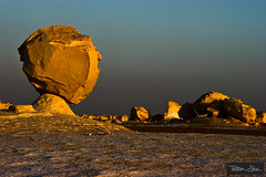 The Watcher (Tristan Shu) Tags: sunset brown 20d landscape mushrooms landscapes sand desert canon20d egypt sable canoneos20d paysage marron paysages egypte champignons couchdesoleil dsert rockformation 247028 handofgod whitedesert godsfinger 2470 bahariyaoasis richcolors ancientsea couleurschaudes dsertblanc wwwtristanshucom desertblanc maindedieu doigtdedieu minamarhotel tristanshucom fingerofgods sabledudsert alaqabat anciennemer kinghinnis thewhitedesertofegypt whitesnowrocks