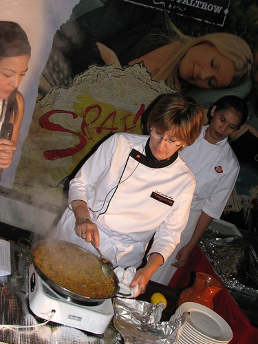 Chef_Xandra_cooks_paella