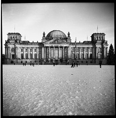 Want to see Berlin. (flevia) Tags: bw berlin 120 6x6 analog mediumformat square blackwhite lomo lomography bn reichstag lubitel2 squareformat nophotoshop amateur biancoenero berlino foma russiancamera analogico fomapan scannednegatives fomapan400 любитель epsonv700 berlinhighlights autaut epsonperfectionv700photo flevia imanalog