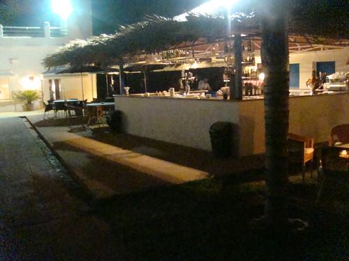 Exterior del restaurante junto a la piscina