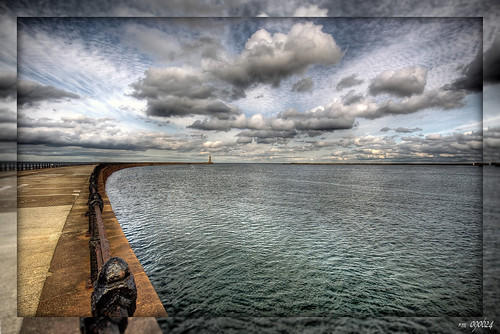 1591 Clouds above Roker lighthouse (Sunderland, UK)