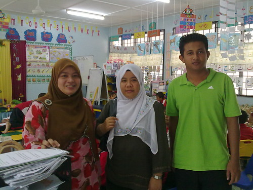 Dari Kiri: Cikgu Hidayah, Cikgu Idayu dan Cikgu Shahril