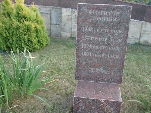 Tablă de mormânt cu inscripţie în limba rusă la Memorialul de la Şerpeni