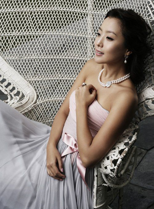 Kim Hee Sun Publishes Wedding Dress Photos