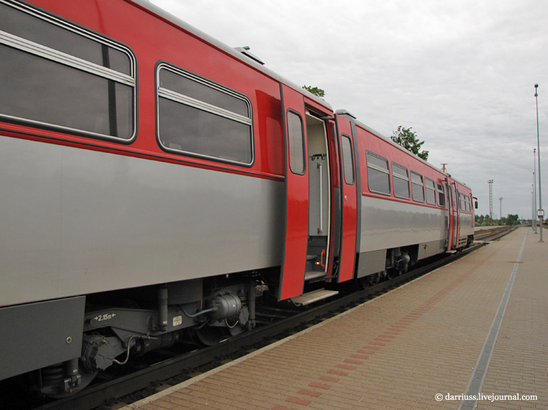 РА-2 отправился дальше в Радвилишкис, а я пошел осматривать вокзал Шауляя.
