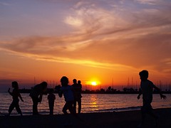 ... Sunset Joy ... (dranidis) Tags: blue sunset red sea sky orange sun playing silhouette yellow children olympus greece thessaloniki 43 chasing dimitris salonica thessalonika saloniki salonika fourthirds thessalonica  explored kalamaria  e520  olympuse520 dranidis dimitrisdranidis