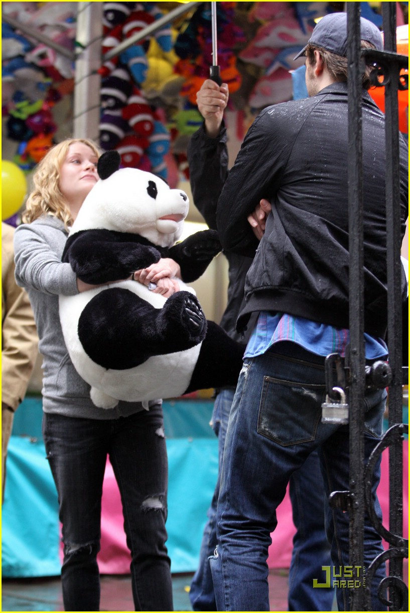 robert-pattinson-emilie-de-ravin-panda-bear-04