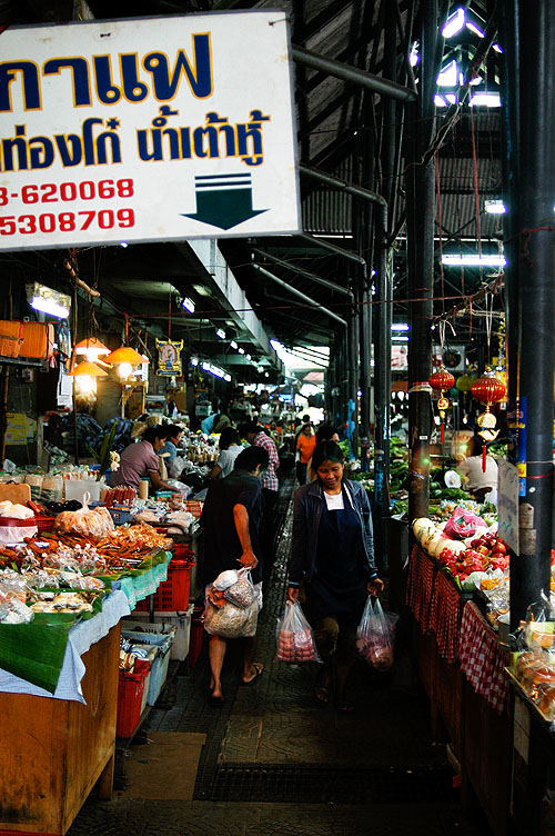 Shoppers at Mae Hong Son's morning market