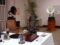 Phonographs Exposition (phonogalerie.com) Tags: paris antique edison phonograph quinet pathe lucee phonographe classm phonogalerie lioret lioretgraphe pathephone edqar
