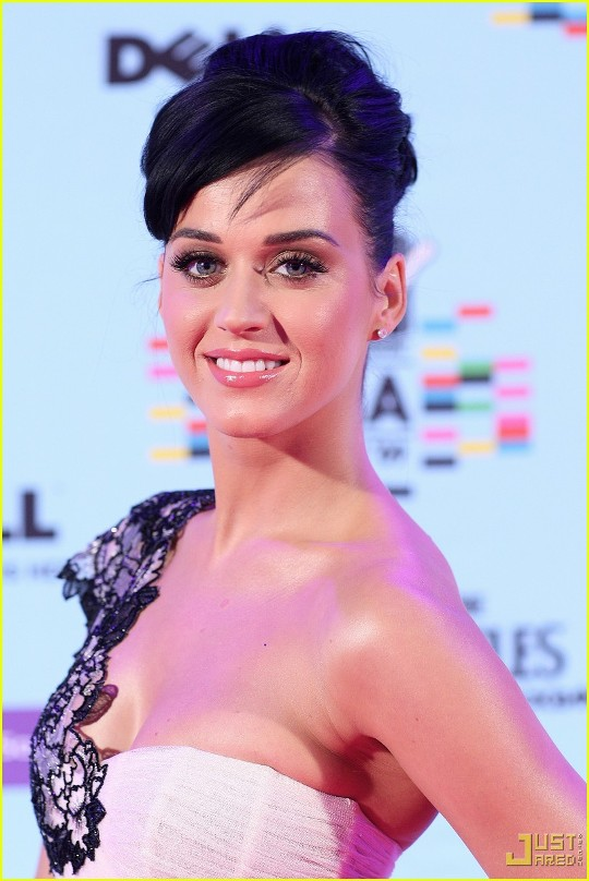 katy-perry-mtv-emas-red-carpet-02