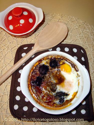 Uova in cocotte con olive nere e pomodori