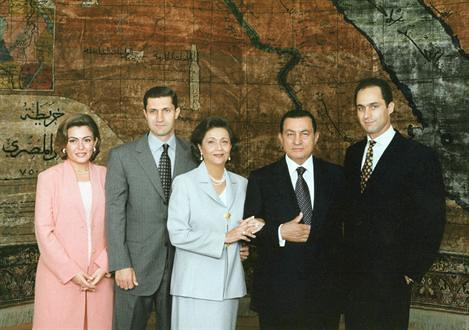 穆巴拉克家族合影,其中有穆巴拉克与其夫人Suzanne,两个儿子Gamal(右)和Alaa(左数第二人),还有Alaa的妻子Heidi al-Sakher,拍摄地点位于开罗Ittihadeya的总统官邸。
