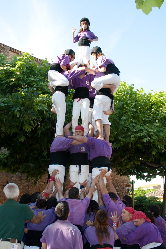 Tres de sis amb agulla de la Colla castellera de Figueres a Navata