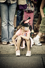 Waiting for the Parade (dogwelder) Tags: california girl june kid child legs disneyland crowd bored parade jens anaheim zurbulon6 curb 2009 mouseears zurbulon