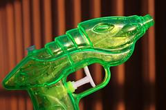 The naked gun (Hkan Dahlstrm) Tags: verde green water toy groen gun sweden schweden vert plastic pistol sverige grn grn sude svezia ramlsa skanelan vastraramlosa vastraramlosa