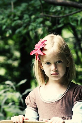フリー画像| 人物写真| 子供ポートレイト| 外国の子供| 少女/女の子| 金髪/ブロンド| 花飾り|     フリー素材|
