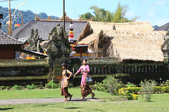 Bali - Pura Ulun Danu (minispace) Tags: bali canon indonesia pray arno 28135 hindu 500d 2011 beratan canon500d ulundanu puraulundanu minispace kempers baratan lakebaratan arnokempers