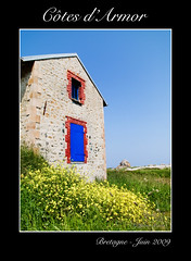 Maison prs de la mer (Jerome Mercier) Tags: leica blue red house france green yellow stone jaune landscape rouge britain pierre bretagne bluesky vert bleu paysage maison cielbleu herbes cotesdarmor leicadigilux3 bookjm