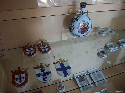 Brasões de porcelana, às armas da coroa de Portugal.