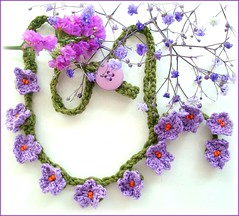 Violeta pequenina (Lidia Luz) Tags: flower necklace handmade crochet flor jewelry bijoux bijuteria violets lariat colar violeta cordão bijouteria crochê lidialuz