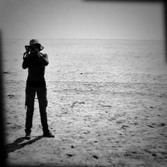 La única ventaja de jugar con fuego es que uno aprende que quema (rafallano) Tags: game agua gorro arena safari desierto rafael fuego rafa namibia martinez maite sal horizonte dunas facebook llano fotografa salitre desolacion fealdad ethosa nacktefrau mividaenfotos mardesal rafallano rafaelllano parquenacionaldeethosa nationalparkofethosa mariateresamartinezmartinez
