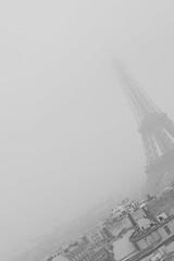 una maana fra y gris (negrinmata) Tags: sky paris tower blancoynegro fog grey gris cielo torreeiffel 75007 visit75007 niebla canon400d