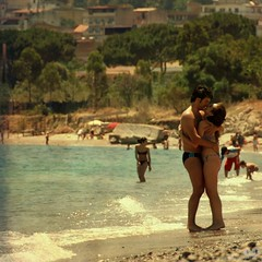 Beach Lovers (Osvaldo_Zoom) Tags: love beach seaside kiss couple lovers 300mm amore calabria spiaggia bacio innamorati