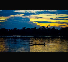Oriental twilight~ (Vu Pham in Vietnam) Tags: street travel landscape landscapes movement twilight asia southeastasia vietnamese perfume candid vietnam dailylife hue vu canoneosdigitalrebelxt indochina 光 hué ベトナム 色 imperialcity cảnh việtnam 越南 huế dulịch เวียดนาม đò 베트남 thuyền huecity cuộcsống đườngphố sônghương hươnggiang conngười châuá cốđô thurathienhue kinhđô nghinhlươngđình raininvietnam chạngvạng ôngláiđò thànhhuế commentwithimageswillbedeletedsosorryforthis