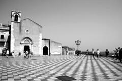[church] (NaNa [supergirl]) Tags: bw white holiday black church canon eos monocromo bn chiesa e sicily piazza taormina bianco nero vacanza sicilia turisti pavimento geometrie scacchi mattonelle 400d