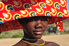 mucubal fashion (luca.gargano) Tags: africa girls red girl hat chica tribal chicas tribe fille filles ragazza headdress angola ragazze gargano moza namibe mucubal lucagargano mucubais