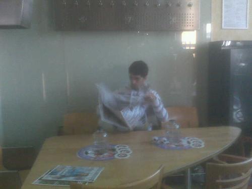 Louis Suarez checkt de krant!!