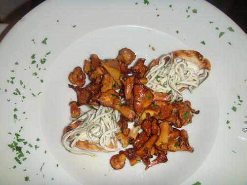 Ensalada de chantarella con gulas y alioli