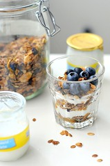 Une Breakfast Ordinaire - Granola layered with yoghurt and blueberries