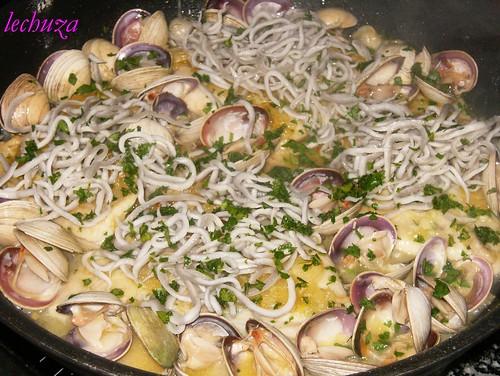 Castañeta con almejas y gulas-añadir gulas