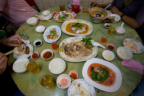 A full table at Piang Kee, a Hakka restaurant in Bangkok's Chinatown