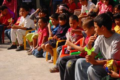 paying attention (Jay HoldaRms) Tags: childhood afternoon niños sitdown sentados chidhood