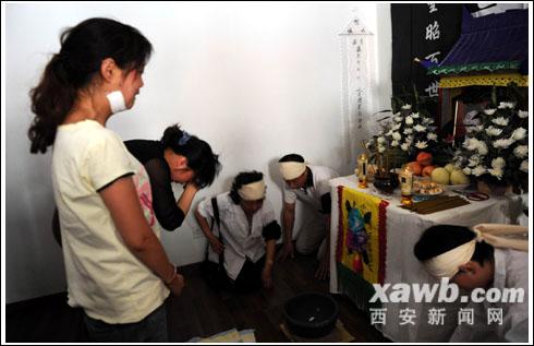 受伤店员小孙和周女士祭拜被刺身亡的常爷爷