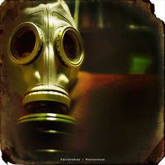 (Estrella Daz Photovisual) Tags: light luz composition photoshop square mask gas explore desenfoque dreams gasmask mscara 50mm18 tacita squareframe postproduccion eos400d estrelladaz wwwestrelladiaznet estrelladiaz tacita85