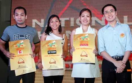 Aris Lacorte, Area Supervisor for The North Face, Bea Castillo, Events Associate and Macel Abejero, PR & Events Manager for Primer Group of Companies receive the Thank You certificate from Carlo Licuanan, Senior Brand Manager, Kraft Foods (Philippines) Inc. for their partnership to help spread the sweetness of gratitude.