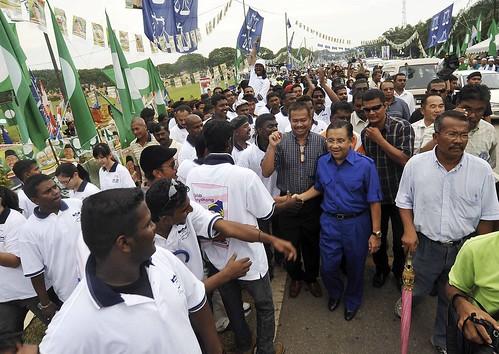 Port Dickson 11/10/2009 -- Calon BN Tan Sri Mohd Isa Abd Samad disambut oleh para penyokong BN  di SRJK Tamil Ladang Siliau ketika belaiu hadir melawat peti undi di sana. Gambar oleh OSMAN ADNAN