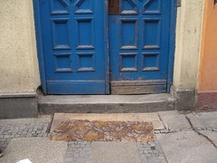 blue (textural) Tags: door blue carpet niebieski wrocaw drzwi hownice dywan