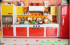 Nicca's Kitchen! (Retro Mama69) Tags: retro blythe 1960 orangeandyellow retromama kitchentoy retrotoykitchen kitchendiorama vintagetintoykitchen kitchenroombox fuchstoykitchen vintagefuchstoy rementsminiature miniaturetoykitchen niccaskitchen grooviekitchen amscoapartmentfurniture amscodinnette