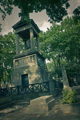Fake bridges. (ric Le Tutour) Tags: paris pere lachaise cimetiere tombeau necrophilie