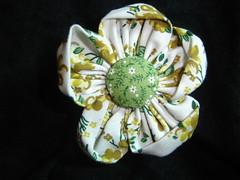 Flor de fuxico com botão forrado (anadenise) Tags: flores broche fuxico tictac tecido aplicaçao botãoforrado