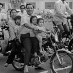 Saigon 1972 - Photo by A. Abbas - Cả nhà năm người trên một xe gắn máy thumbnail