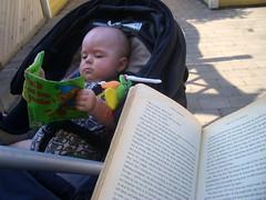 Ava och jag sitter ute och läser