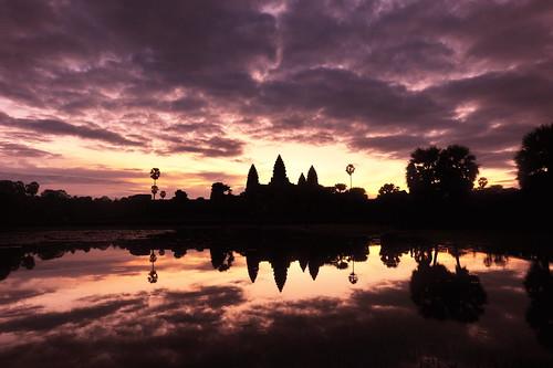 フリー画像| 人工風景| 建造物/建築物| アンコールワット| 世界遺産/ユネスコ| カンボジア風景| 朝日/朝焼け| シルエット|    フリー素材|