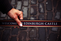 Welcome to Edinburgh Castle (Markus Moning) Tags: uk castle scotland waiting edinburgh hand united band kingdom tape queue wait barrier welcome schloss schlange burg schottland warten moning stehen warteschlange joehaenes absperrband markusmoning canoneos50d