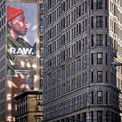 Flatiron (détail) (Lucille-bs) Tags: amérique etatsunis usa etatdenewyork newyork flatiron flatironbuilding 500x500 publicité architecture fenêtre city