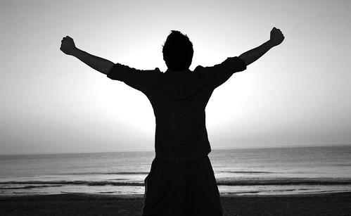 フリー画像| 人物写真| 男性ポートレイト| 後ろ姿| 背伸び/ストレッチ| 深呼吸| モノクロ写真|     フリー素材|